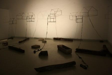 Elfogyott táj, 1997, térformákká alakított gumicsizmák
