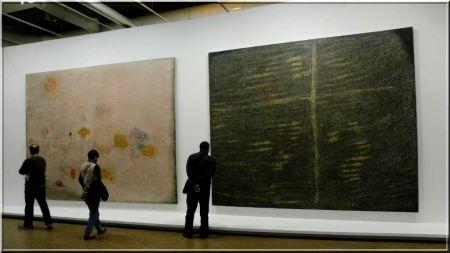 Kiállításenteriőr az Écriture Rose és a Galla Placidia festményekkel