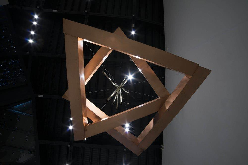 Yugao-Jole, 2005–2013, réz, alumínium, acélsodrony,150 × 400 × 400 cm