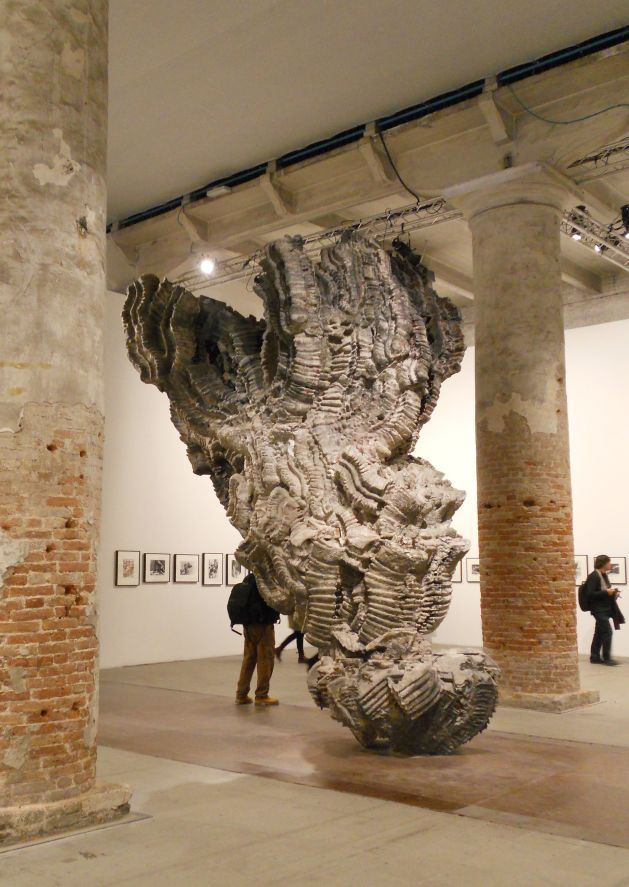 Az előtérben: Roberto Cuoghi: Belinda, 3D-print, 2013. A háttérben: Christopher Williams: Angola to Vietnam, 1989, 27 tételes növényfotó-sorozat, Arsenale