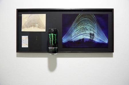 Navid Nuur: Helyszín (tanulmány), 2012, c-print, fotó papír, fém doboz, szög, vonatjegy, napfény, ragasztó, 6 hónap, 71 × 32,5 × 10 cm