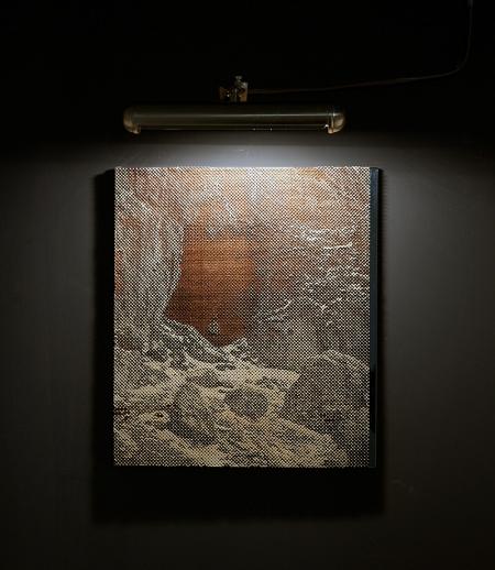 Navid Nuur: A bejárat (tanulmány 2), 1988–2014, lézerrel vágott fa, foszforeszkáló festék, lámpaidőzítővel, tükör, ásványok, ragasztó, 43 × 39 × 2 cm
