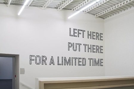 Lawrence Weiner: Left here put there for a limited time, 1976 , kép forrása: http://www.galleriesnow.net/