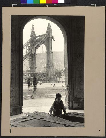 Jean Marquis (Magnum Photos): Az Erzsébet-híd romjai, Budapest, Magyarország, 1954, kép forrása: http://maimano.hu