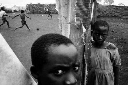 Eli Reed (Magnum Photos): Ruandai menekültek, Benaco, Tanzánia, 1995, kép forrása: Capa Központ