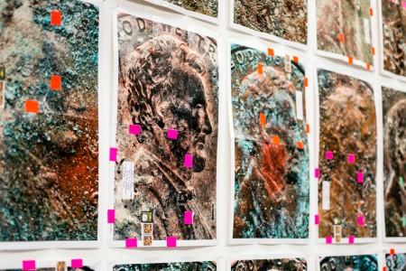 Moyra Davey: Copperheads, 2013, száz darab C-print, ragasztószalag, levélbélyeg, tinta, 77 × 112 cm