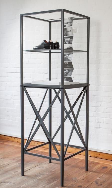 Simon Fujiwara: Echo Tower, 2014, vegyes technika, 197 × 61 × 61 cm