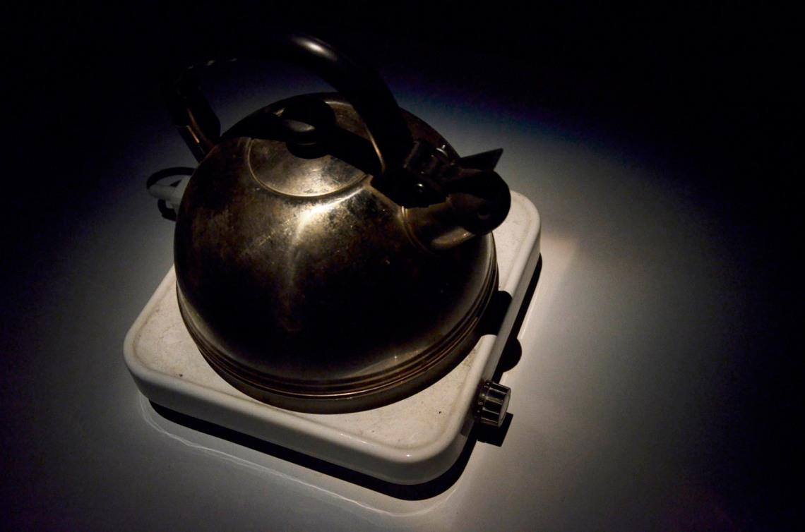Bernhard Gál: Alsógál, 2014, field recording alapú hangkörnyezet: teafőző, bútorok, hangszórók, fotó: Kővágó Nagy Imre © Műcsarnok