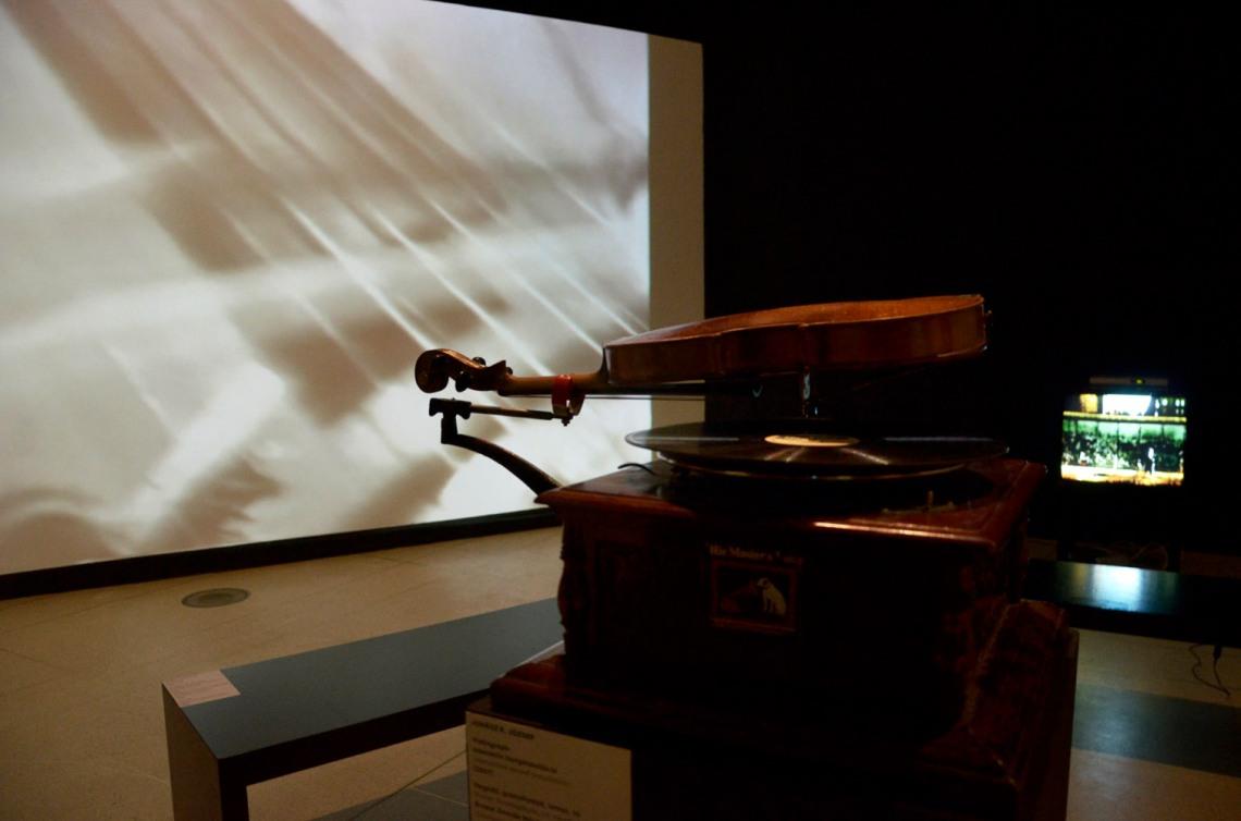 Jozef Cseres – Jon Rose: Hogyan észleljük a virtualitást, 2014, háromcsatornás videoinstalláció, tárgyak vitrinekben, fotó: Kővágó Nagy Imre, © Műcsarnok