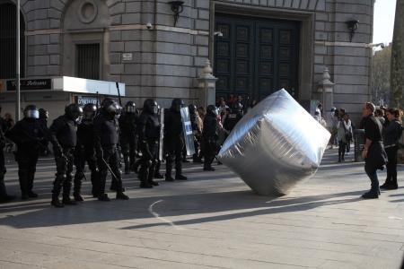 Felfújható utcakő, az Eclectic Electric Collective és az Enmedio collective akciója a barcelonai általános sztrájk alatt 2012-ben, fotó © Oriana Eliçabe/Enmedio.info