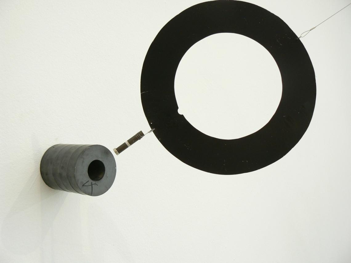 Long Mur Magnétique, 1985, ventilátor, mágnes, fémrudak, 330 × 6000 cm, MNAM, Párizs