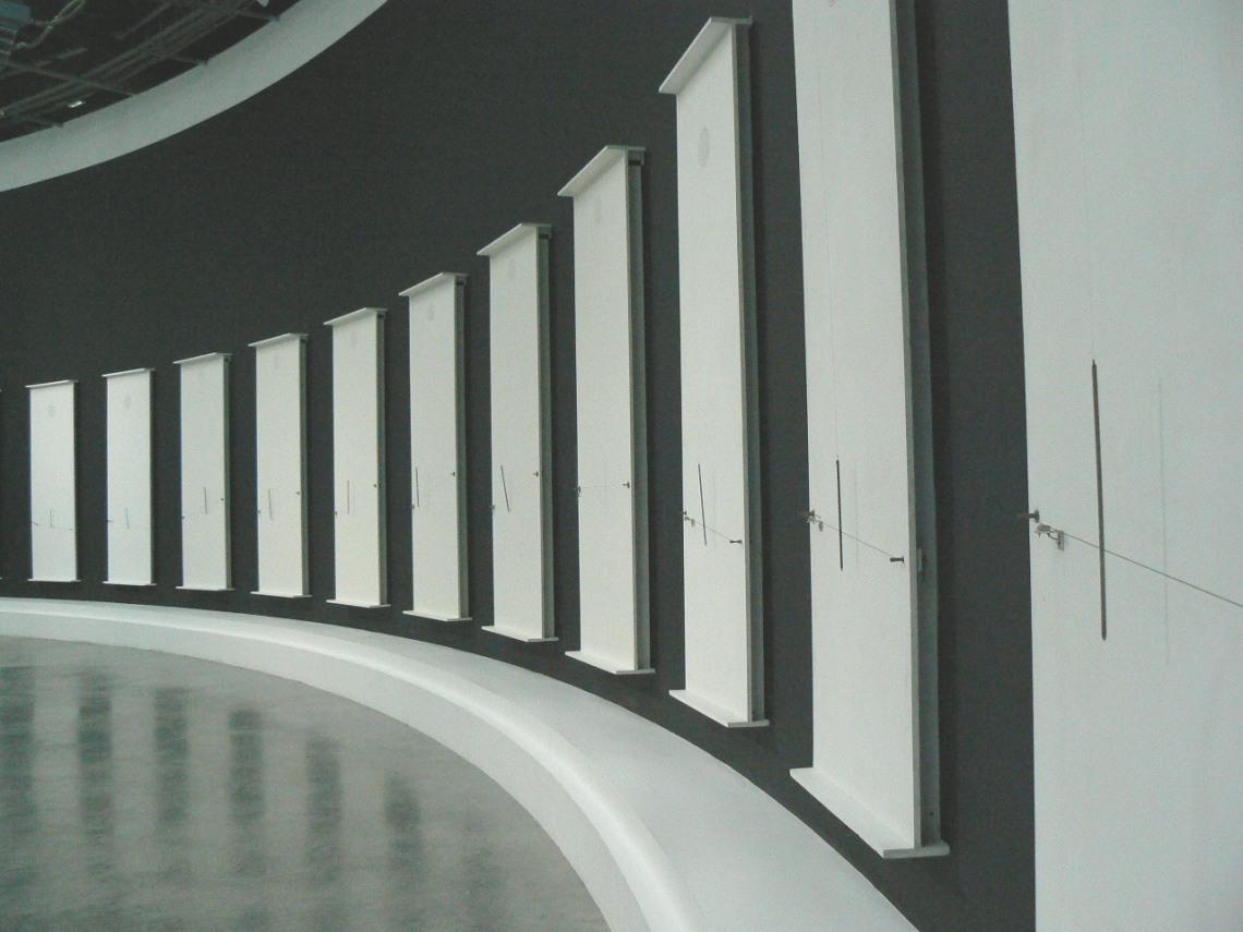 6 Musicales, 2000–2003, festett fa, áramkör, kábel, fém, 257 × 100 cm, Takis Foundation, Athén