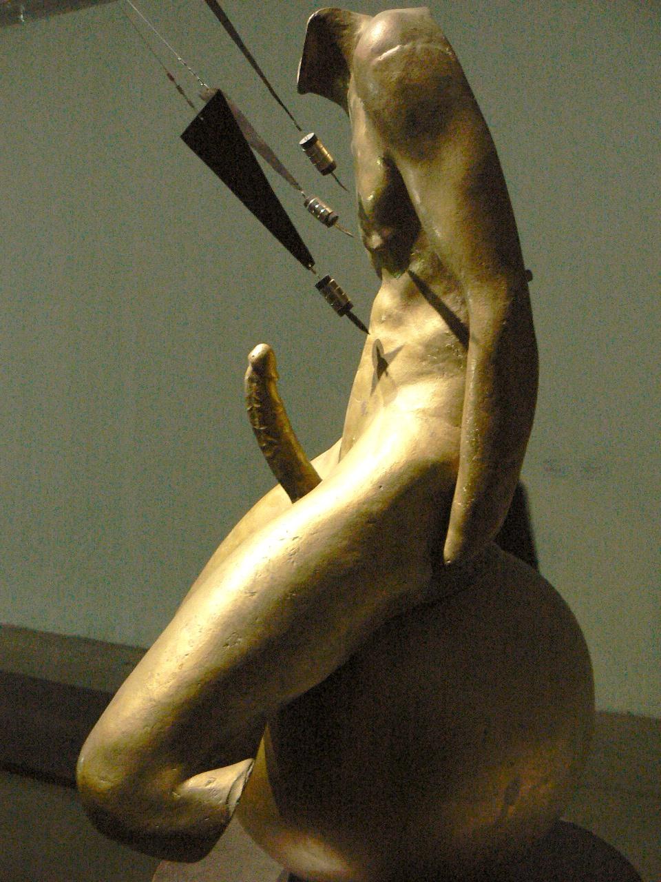 Sebastian, 1974, bronz, mágnes, vas, festett vas posztamens, 139 × 70 × 50 cm, Takis Foundation, Athén