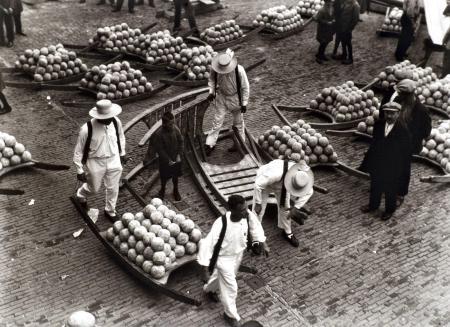 Martin Munkacsi: Sajtpiac (Hollandia), 1932, zselatinos ezüst nagyitas, 28 × 35 cm, kép forrása: biksady.com
