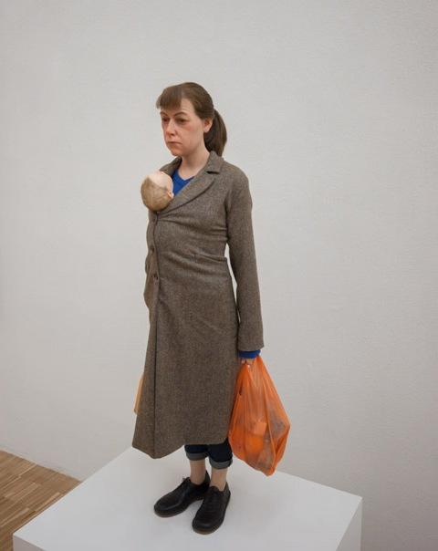 Ron Mueck: Nő bevásárlószatyorral, 2013, kép forrása: inexhibit.com