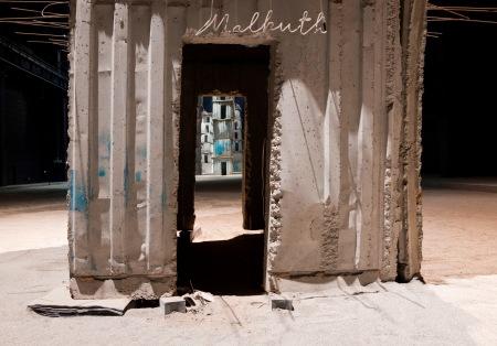 Anselm Kiefer: Sefiroth, 2004, vasbeton, neon, 14 méter, HangarBicocca, Milánó.