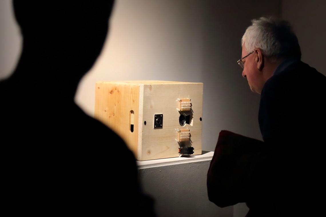 Szécsényi-Nagy Loránd: Egy médium tükrében, 2015, elektro-mechanikus szelfi, multimédia installáció, fotó: Juhász G. Tamás