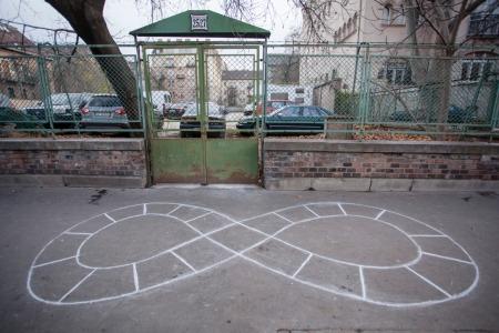 Balla Csönge: ∞, beton, kréta, 2015