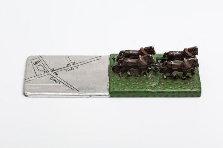 Karas David: Levélnehezék, festett fémlemez, ólom, 25 × 8,5 × 5,5 cm, 2015