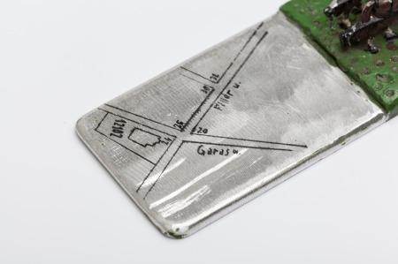 Karas David: Levélnehezék (részlet), festett fémlemez, ólom, 25 × 8,5 × 5,5 cm, 2015