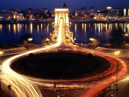 A Clark Ádám tér éjjel (fotó: factsweknow)