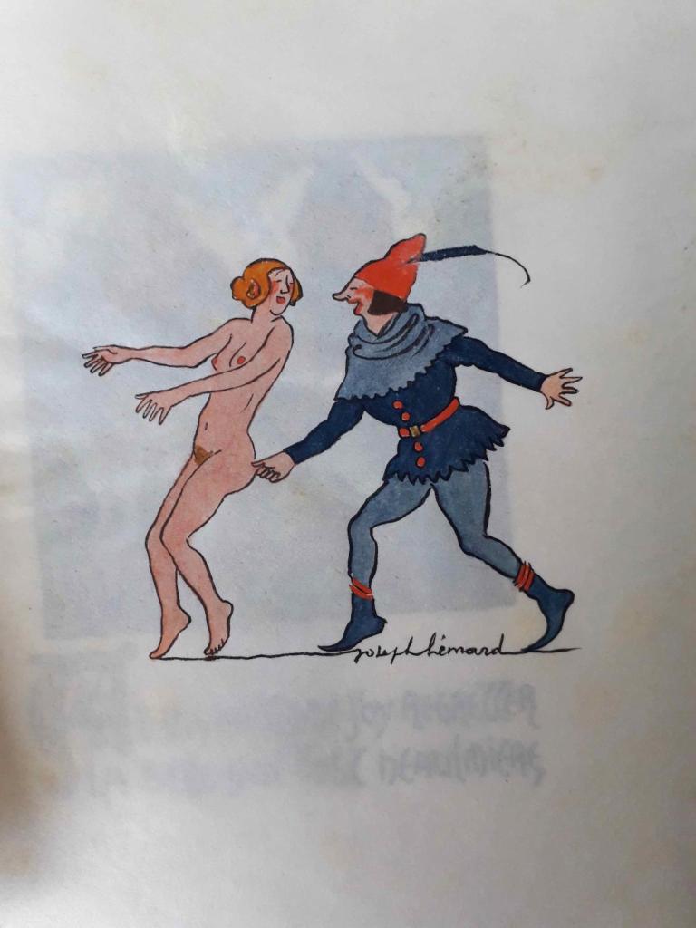 Huncut fiatalember fenékencsíp egy meztelen hölgyet.
